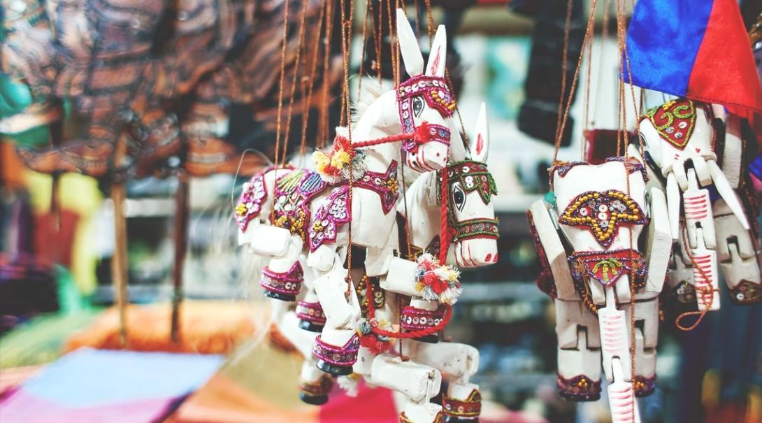 カンボジアの地元マーケットで見かけた動物の操り人形